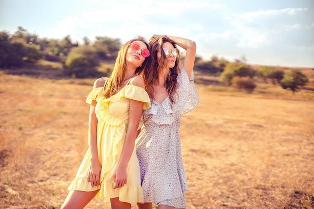 Dos novias bonitas en vestidos de verano