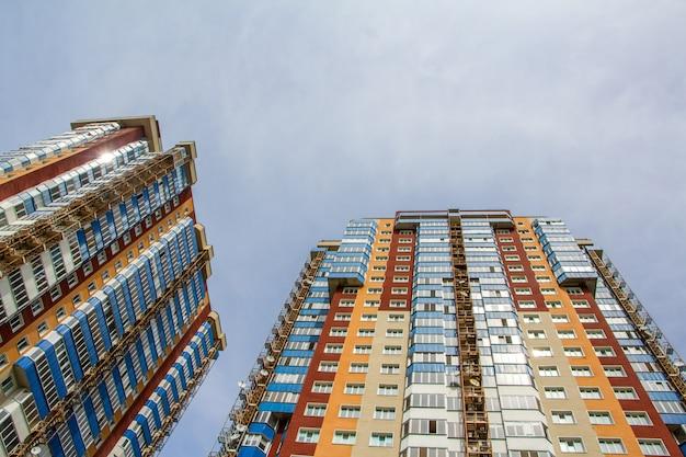Dos nuevos bloques de modernos apartamentos con balcones y cielo azul.