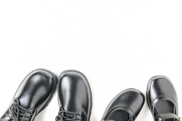 Dos nuevos zapatos de estudiante de cuero aislados.