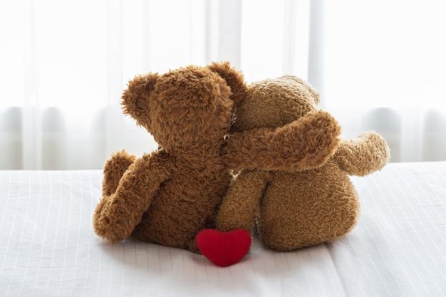 Dos osos de peluche sentado en la cama. amor y concepto de relación.