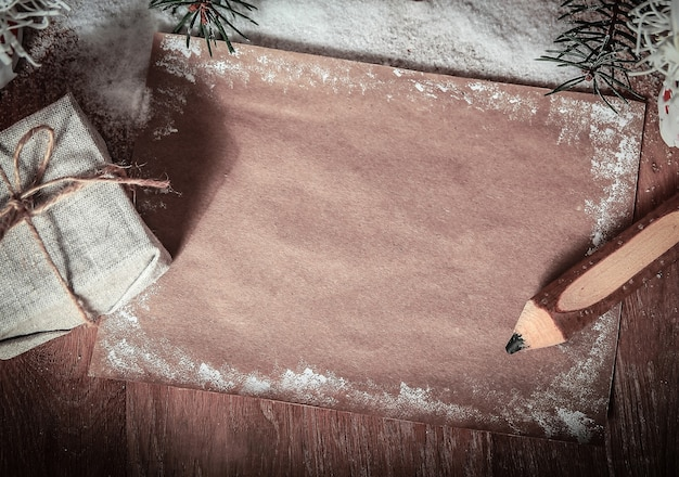 Dos papá noel y hoja en blanco para saludos navideños. el concepto de la celebración