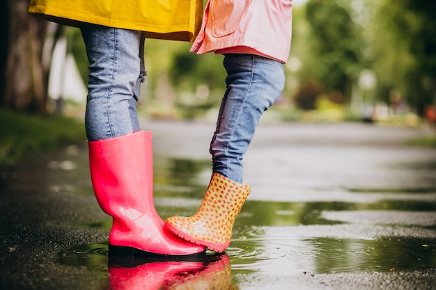 Dos pares de botas de goma de cerca en la calle