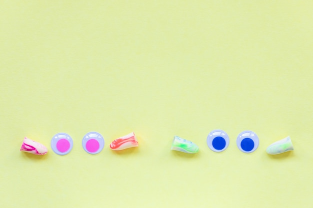 Dos pares de tapones para los oídos y ojos en amarillo