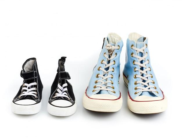 Dos pares de zapatillas textiles con cordones blancos.