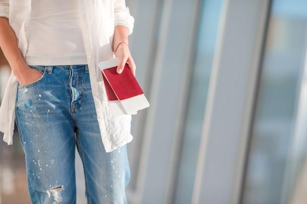 Dos pasaportes y tarjetas de embarque en el bolsillo en el aeropuerto
