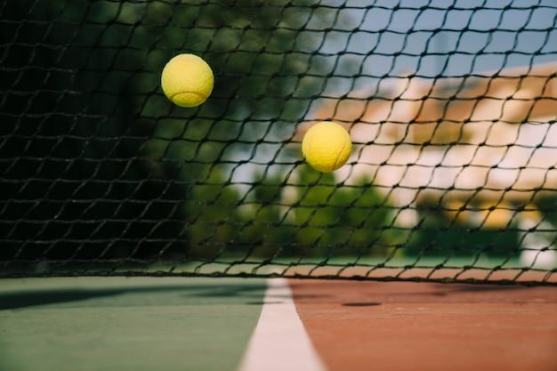Dos pelotas de tenis rebotando