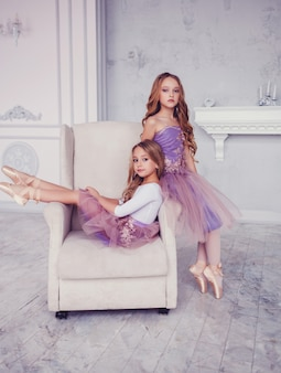 Dos pequeñas bailarinas posando