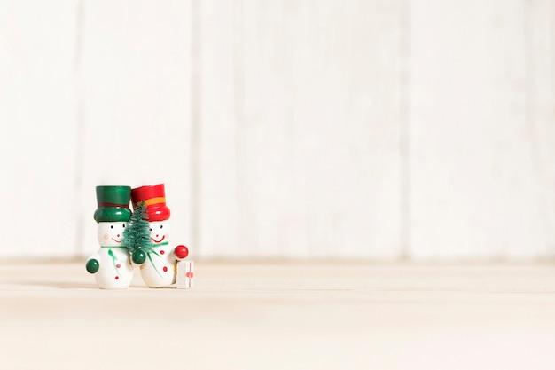 Dos pequeños muñecos de nieve con espacio de copia