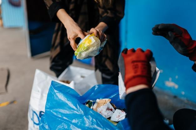 Dos perrson clasificando basura. concepto de reciclaje. cero desperdicio
