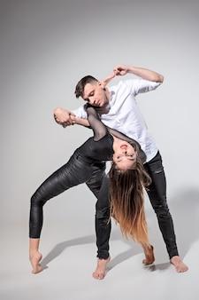Dos personas bailando en estilo contemporáneo.