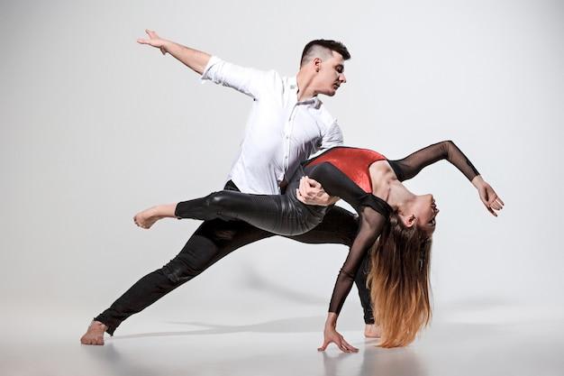 Dos personas bailando