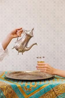 Dos personas bebiendo té arabe