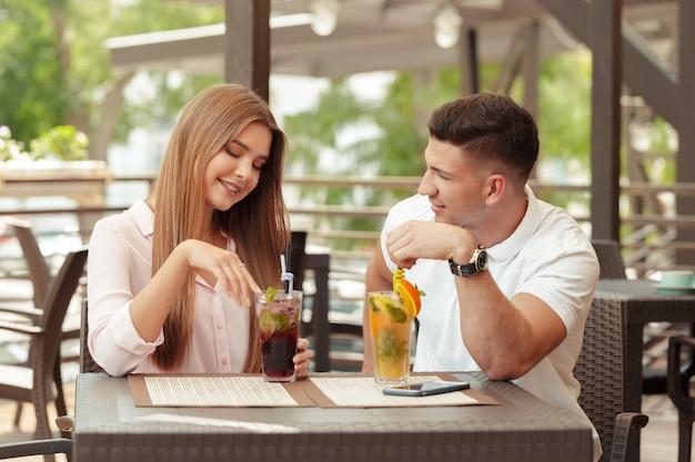Dos personas en la cafetería disfrutando el tiempo que pasan juntas