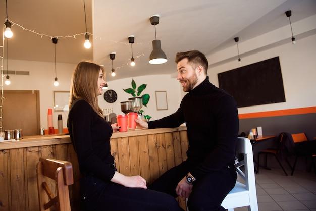 Dos personas en la cafetería disfrutando el tiempo que pasan juntos.
