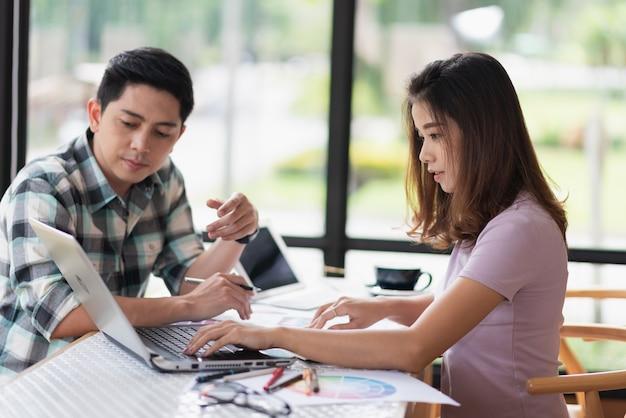 Dos personas discutiendo algún proyecto, concepto de negocio
