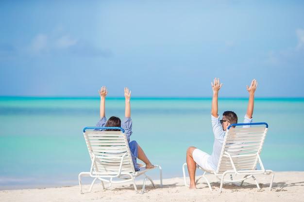 Dos personas felices divirtiéndose en la playa