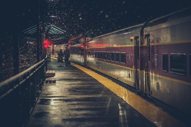 Dos personas mayores en la estación de tren