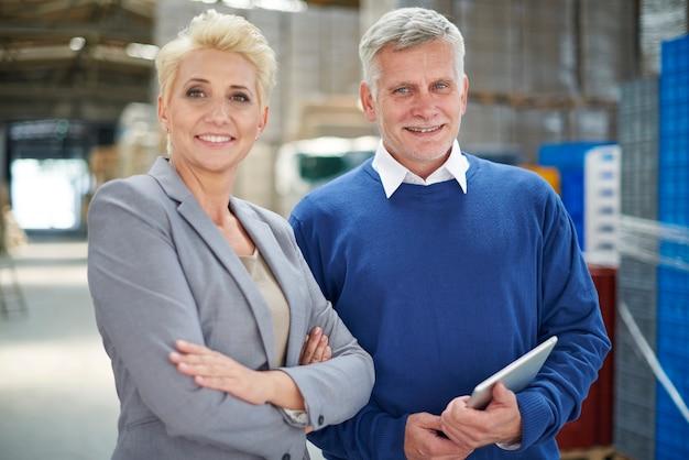 Dos personas que trabajan en el almacén.