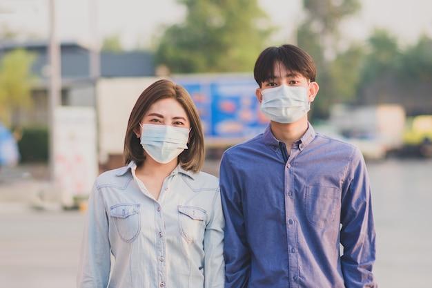 Dos personas usan mascarilla para proteger el coronavirus covid 19