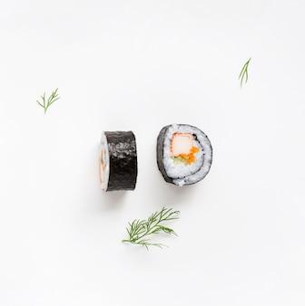 Dos piezas de rollos de sushi maki