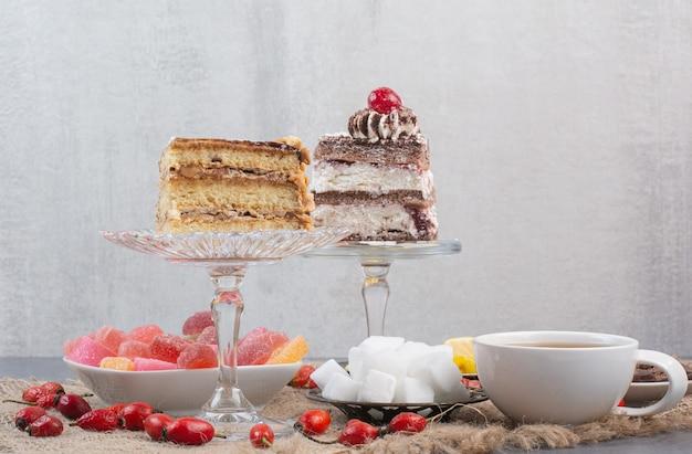 Dos piezas de tartas con mermelada azucarada sobre cilicio.