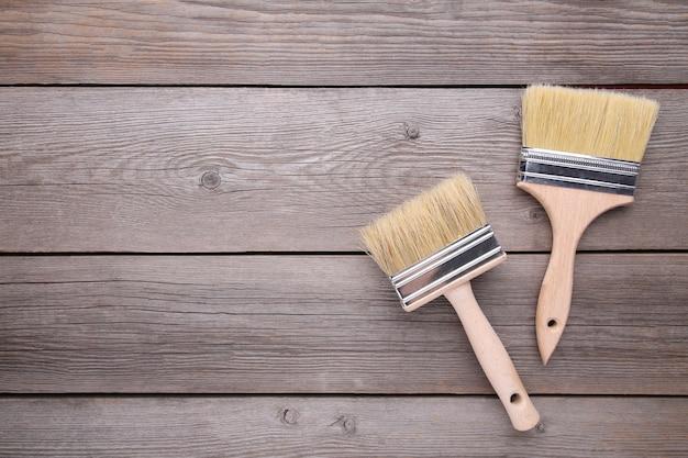 Dos pincel en un gris de madera Foto Premium