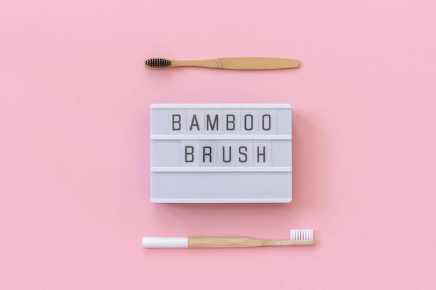 Dos pinceles de bambú natural y texto lightbox.