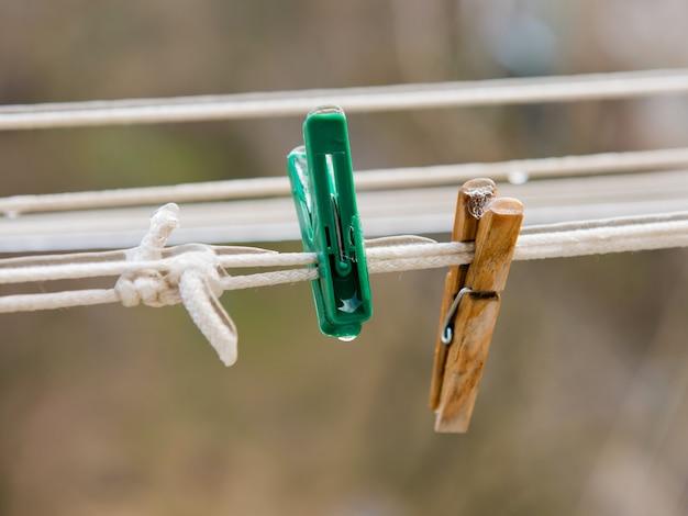 Dos pinzas para la ropa en un tendedero cubierto de hielo.