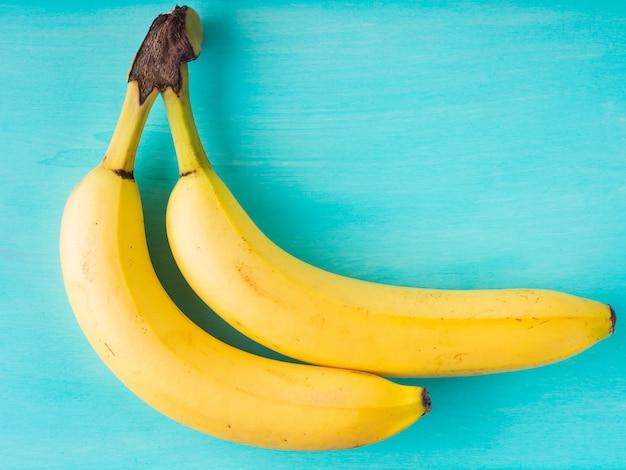 Dos plátanos en madera verde pastel