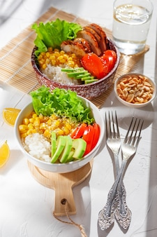 Dos porciones de buddha bowl sobre la mesa