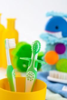 Dos primeros cepillos de dientes para bebés en el baño.