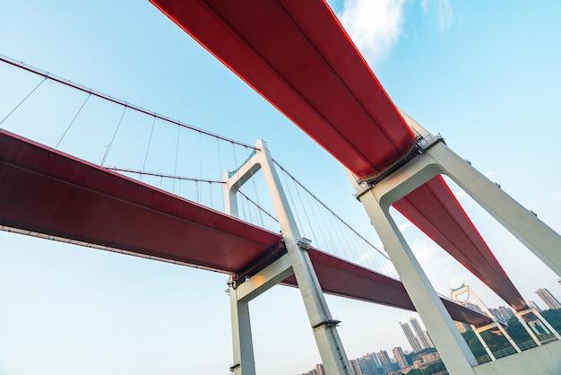 Dos puentes colgantes rojos en el río yangtze en chongqing, china