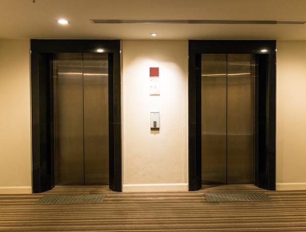 Dos puertas de ascensor