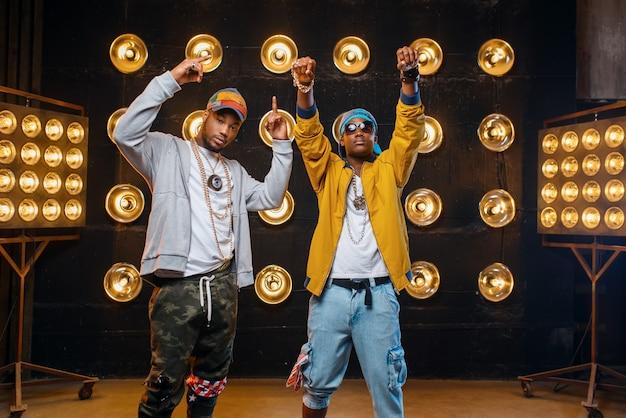 Dos raperos negros en mayúsculas, actuación en el escenario