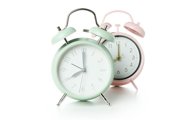 Dos relojes de alarma aislados en superficie blanca