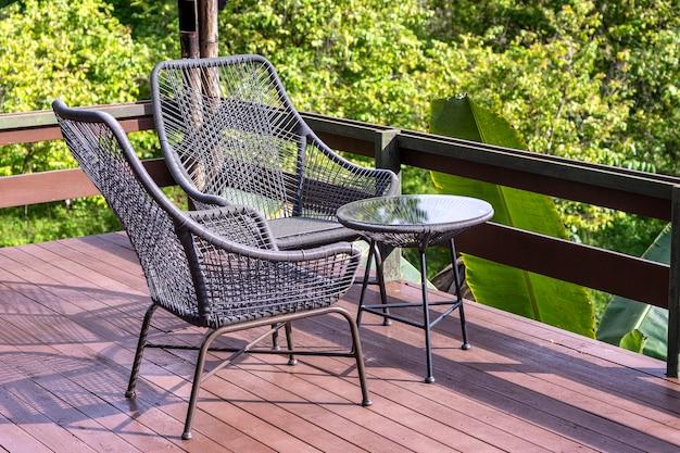 Dos sillas y una mesa en el patio trasero en un jardín tropical con hermosas vistas en la isla de borneo, malasia, cerrar