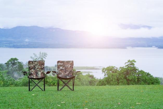 Dos sillas plegables vacías para acampar al aire libre