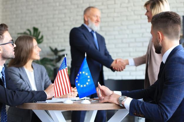 Dos socios comerciales dándose la mano. la unión europea los estados unidos de américa.