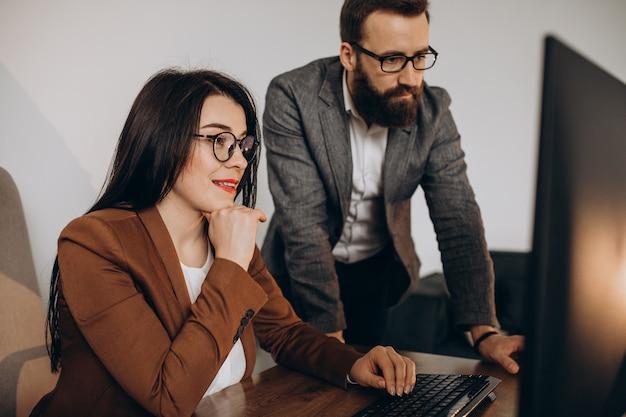 Dos socios comerciales que trabajan juntos en la oficina en equipo