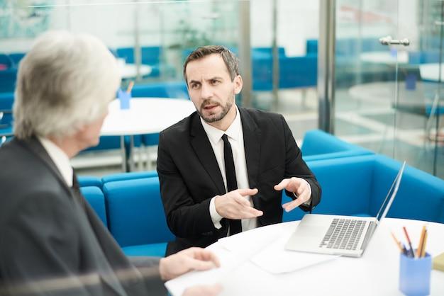Dos socios comerciales en la reunión
