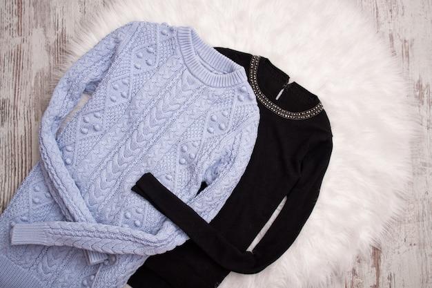 Dos suéteres de piel blanca.