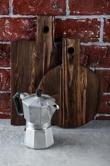 Dos tablas de cortar de madera y utensilios de cocina.