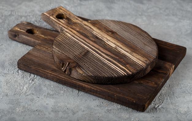 Dos tablas de cortar de madera
