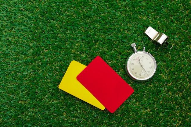 Dos tarjetas de penalización y un silbato para el árbitro.
