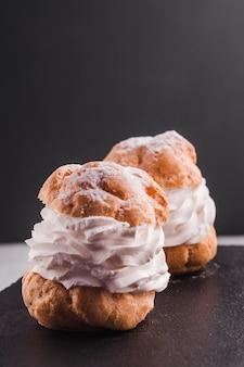 Dos tartas de elaboración con crema blanca
