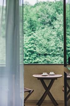 Dos tazas blancas de café en una mesa de madera