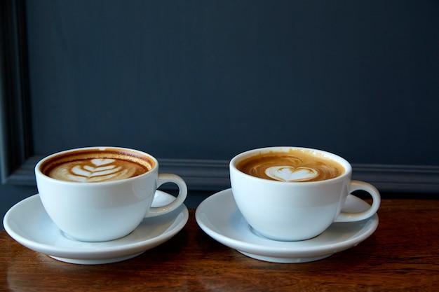 Dos tazas de café en el día de san valentín.
