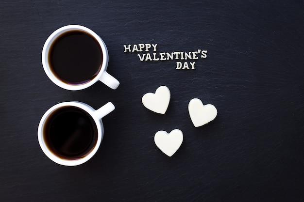 Dos tazas de café y dulces en corazón happy valentine