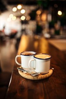Dos tazas con café de la mañana en una tabla de madera