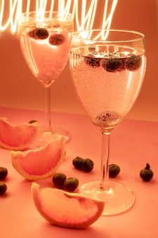 Dos tazas con caktail en colores rosa y luces en movimiento